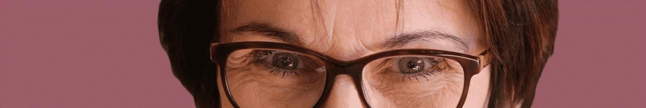 Visage yeux de femme de plus de 50 ans sur fond bordeaux