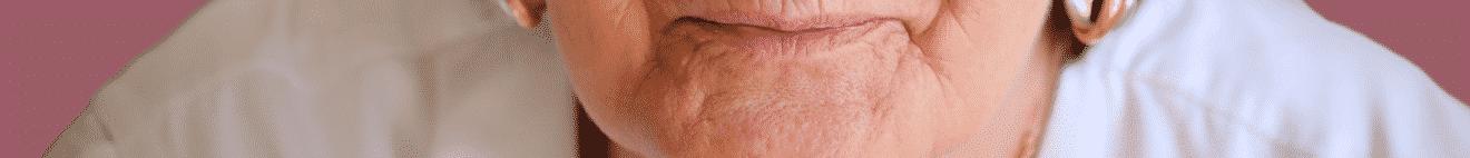 Visage bouche de femme de plus de 50 ans sur fond bordeaux