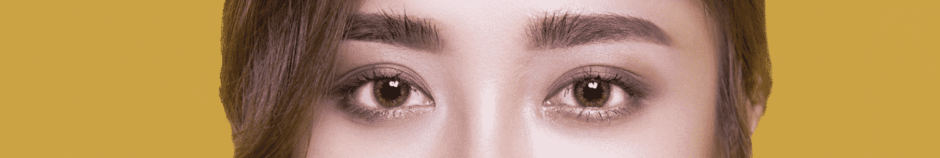 Visage yeux de jeune femme sur fond jaune