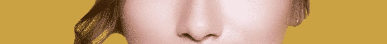 Visage nez de jeune femme sur fond jaune