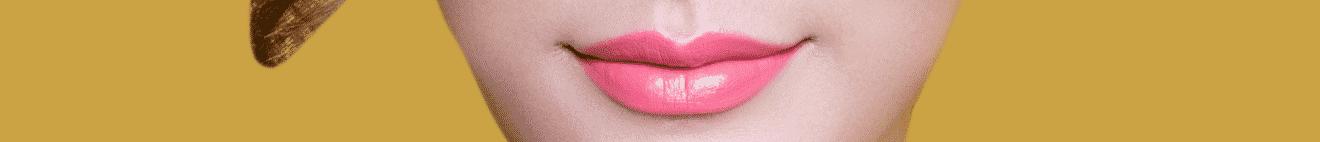 Visage bouche de jeune femme sur fond jaune