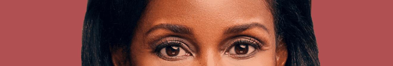 Visage yeux de femme active sur fond rouge