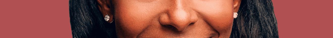 Visage nez de femme active sur fond rouge
