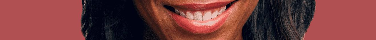 Visage bouche de femme active sur fond rouge