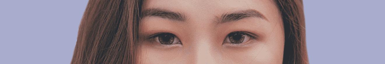 Visage yeux de jeune femme sur fond violet
