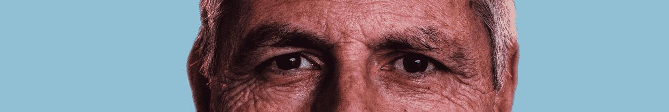 Visage yeux d'homme de plus de 50 ans sur fond bleu