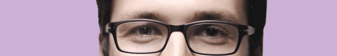 Visage yeux de jeune homme sur fond rose