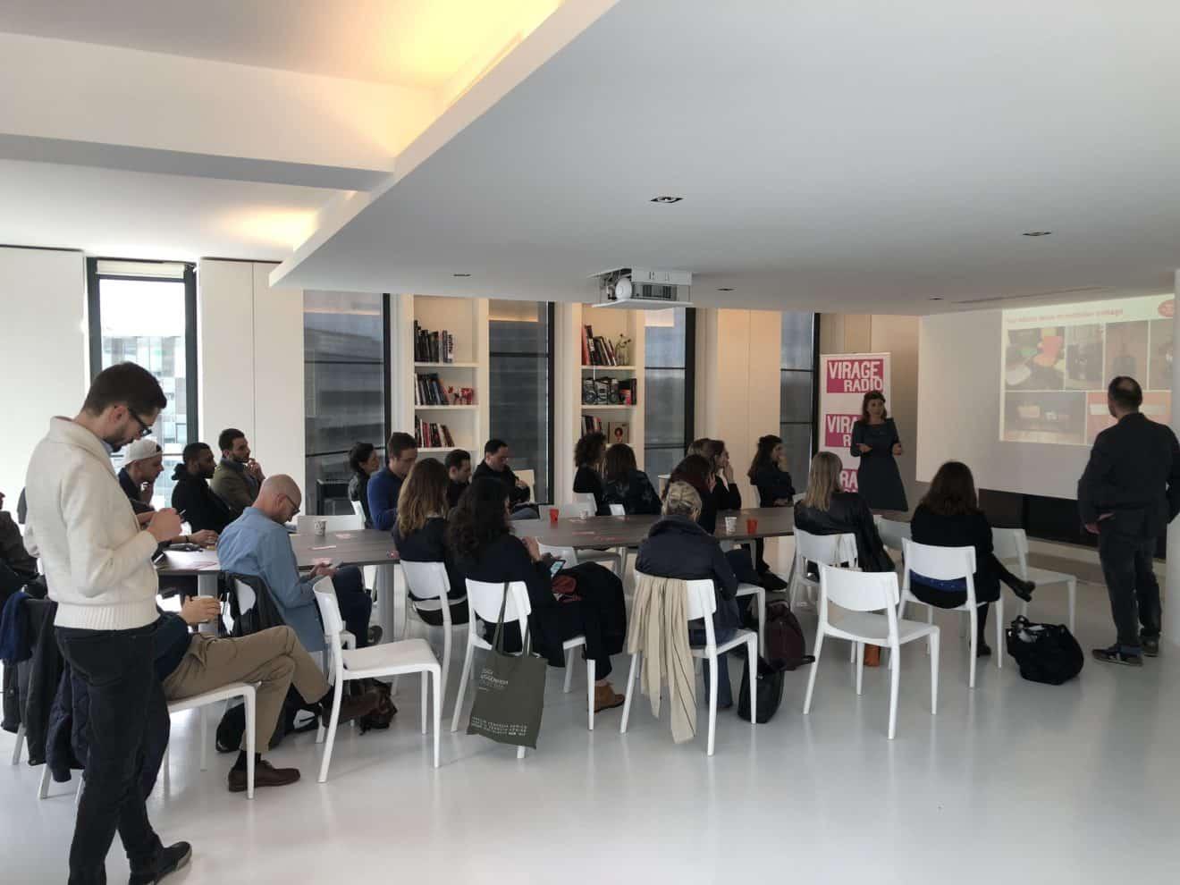 Point presse autour de la table de la salle blanche pour le marché de la mode vintage en partenariat avec Virage Radio