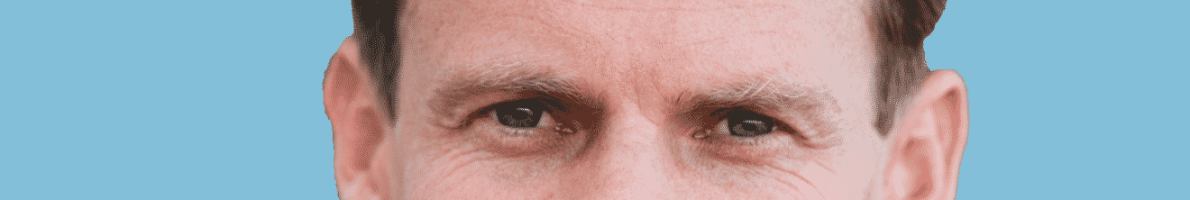 Visage yeux homme mature sur fond bleu
