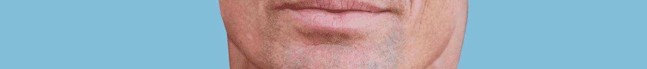 Visage bouche homme mature sur fond bleu