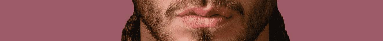 Visage bouche jeune homme brun sur fond prune
