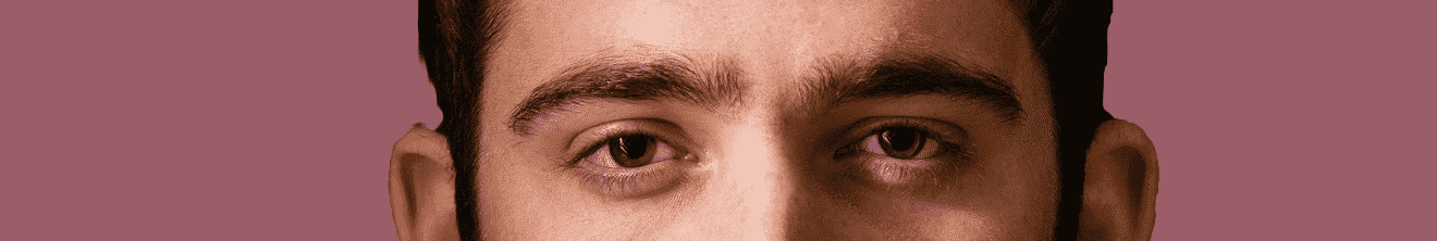 Visage yeux jeune homme brun sur fond prune