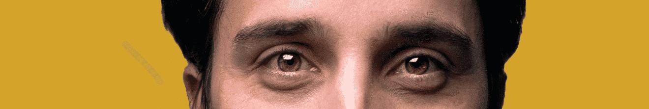 Visage yeux homme de 30 ans sur fond jaune