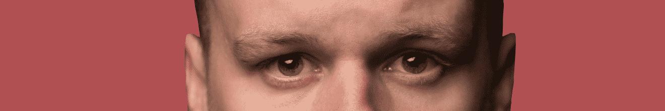 Visage yeux homme actif jeune sur fond rouge
