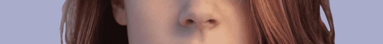 Visage nez jeune femme rousse sur fond mauve